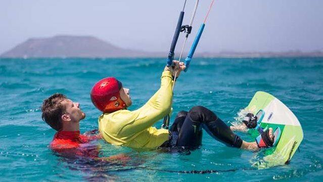 Mann wird kiten beigebracht